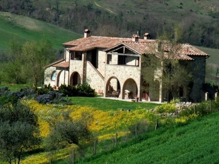 Ein kürzlich renoviertes Stein-Bauernhaus, versunken im Grün - Fabro